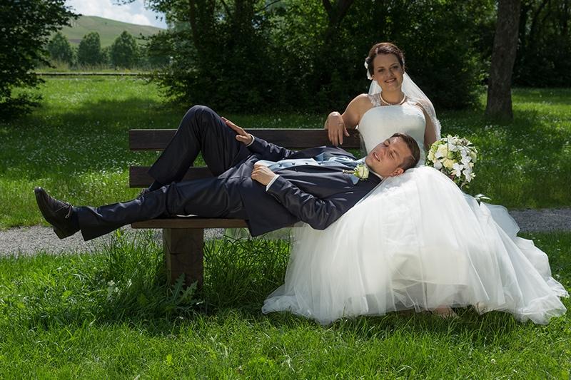 Braut und Bräutigam auf einer Bank