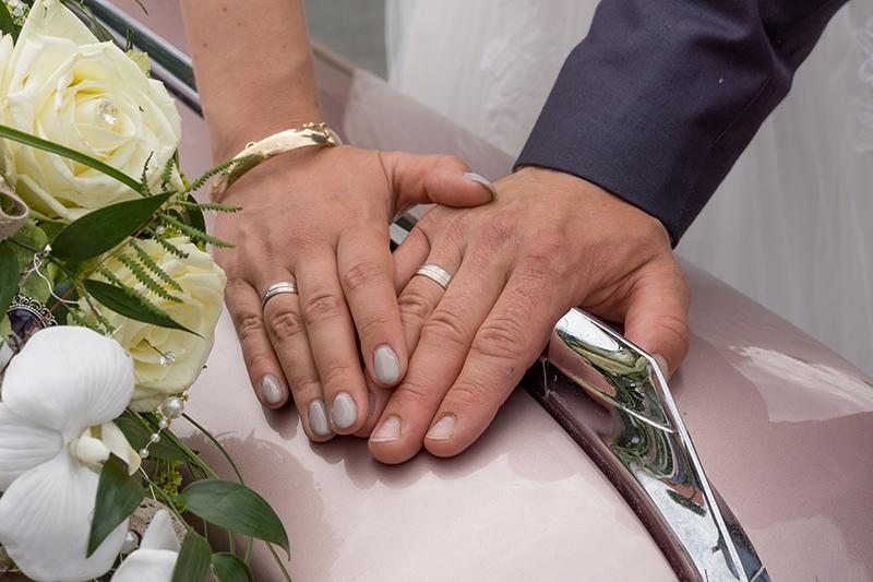 Hände mit den Eheringen
