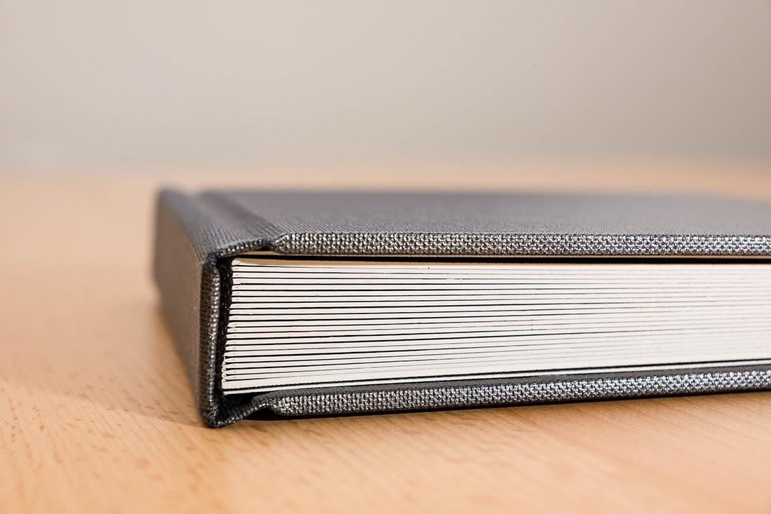 Dunkelgrauer Leineneinband eines Fotobuchs
