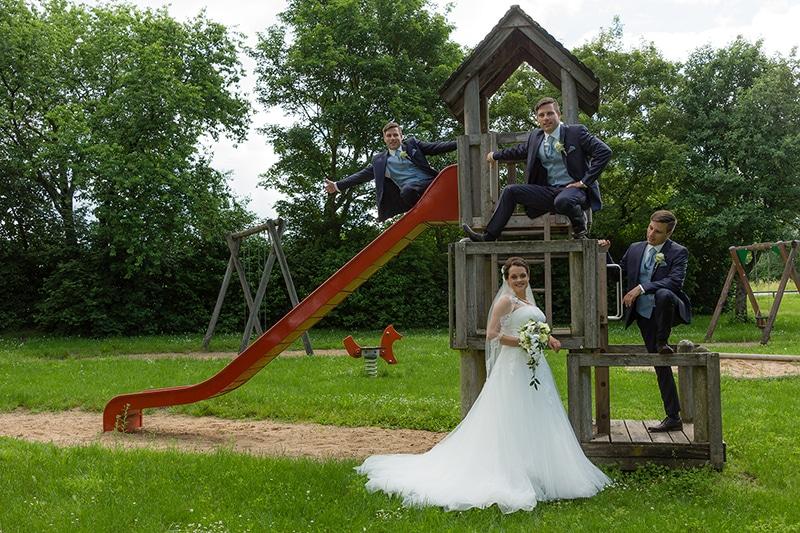 Sportlicher Bräutigam auf einem Spielplatz