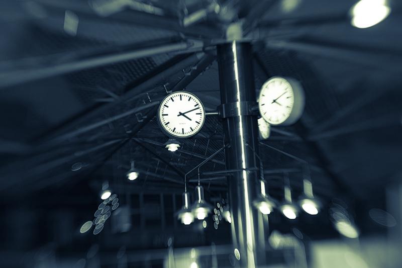 Nachtaufnahme einer Bahnhofsuhr