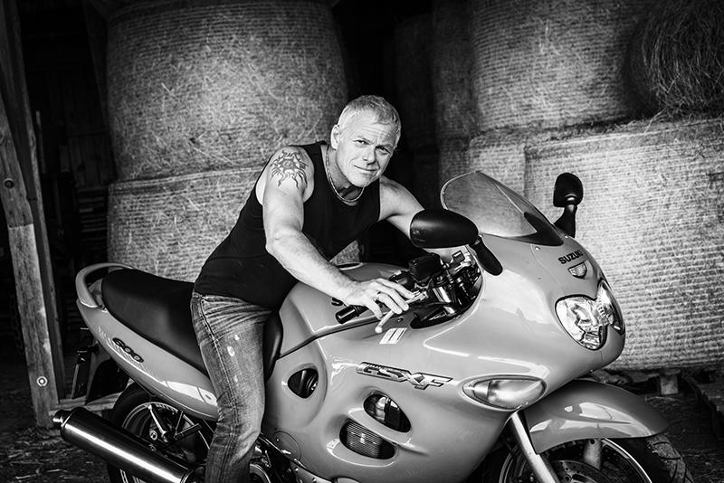 Portrait mit Motorrad