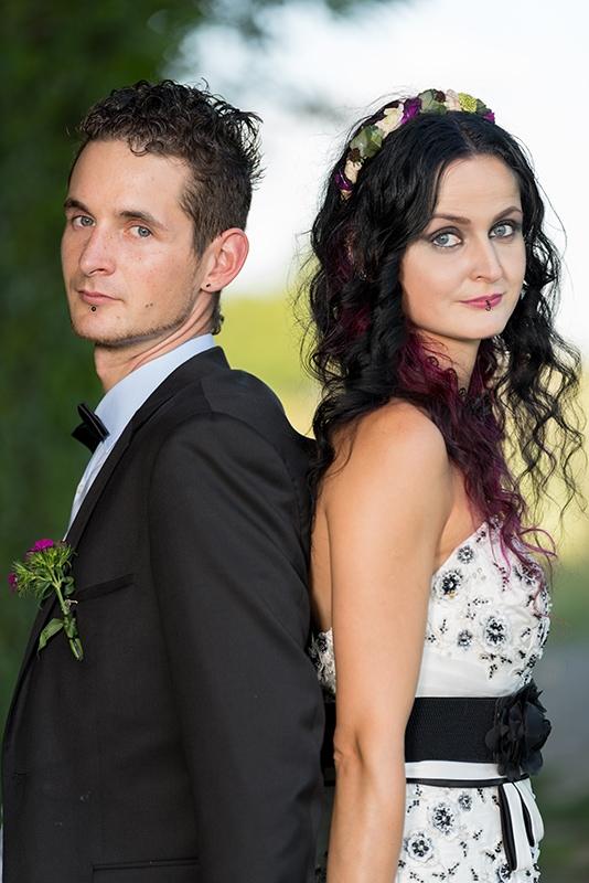 Das Foto zeigt ein Brautpaar Rücken an Rücken stehend