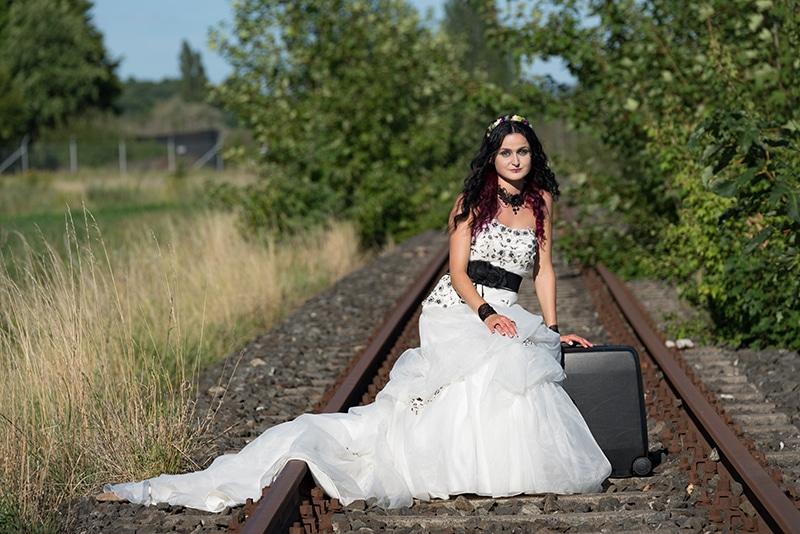 Braut beim Hochzeitsshooting auf dem Bahngleis