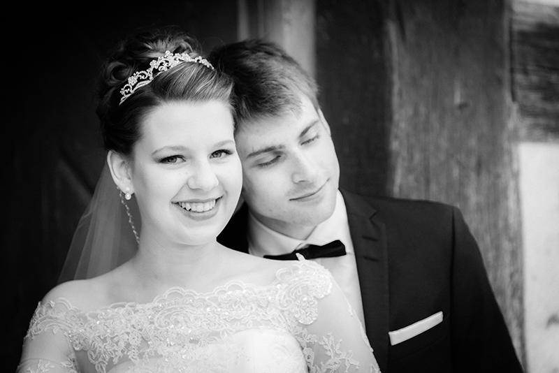 verträumtes Brautpaar in schwarz.weiß
