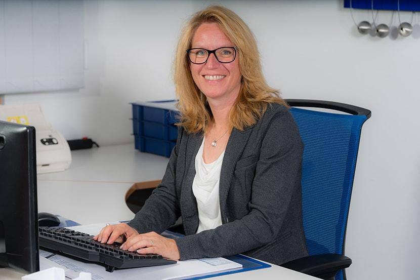 Mitarbeiterfoto am Schreibtisch