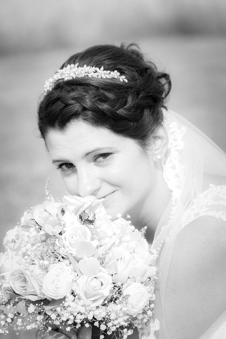 Verträumtes Brautfoto in schwarz-weiß