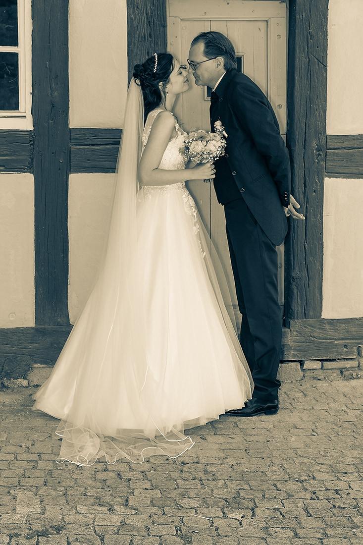 Brautpaar vor Fachwerk aufgenommen