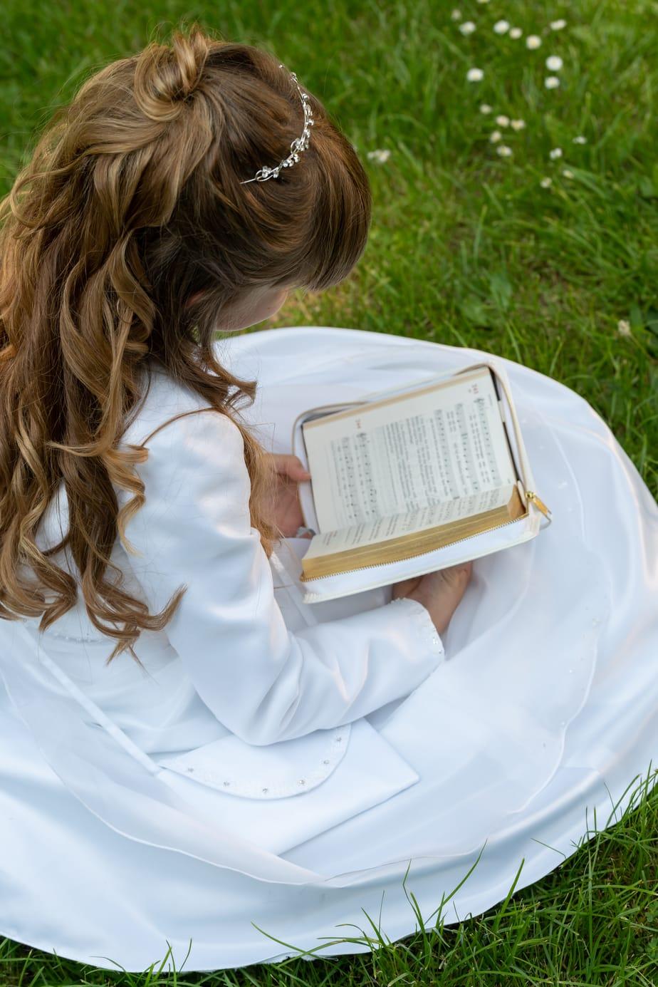 Individuelles Kommunionfoto mit Gesangbuch