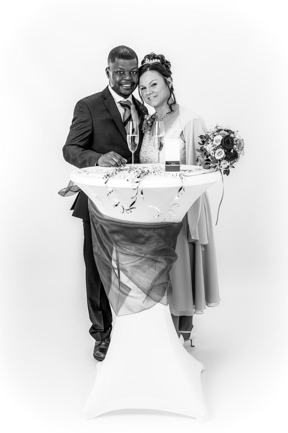 Hochzeitsportrait im Studio in schwarz-weiß