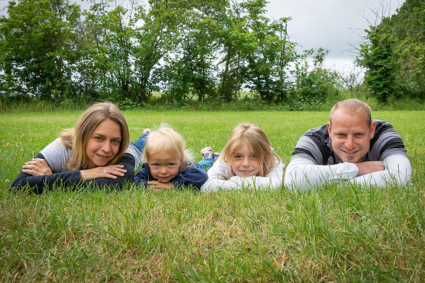 Familienfoto vom Spielplatzshooting